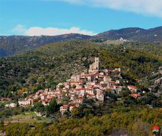 Eus    (Pyrénées Orientales Languedoc-Roussillon)  Construits en terrasses dans la garrigue entre la vallée du Conflent et le mont Canigou, cet ancien site défensif eut à repousser les Français au XVIème siècle et l'armée Espagnole au XVIIIème siècle. Aujourd'hui, en lieu et place de l'ancienne citadelle se trouve l'imposante église Saint-Vincent au pied de laquelle dévalent les ruelles pentues pavées de galets.
