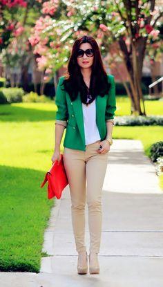 Chaqueta verde y bolso rojo