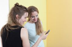 Anna von Mangoldt mit Ihrer Schwester Katharina beim Fotoshooting. Hintergrund: ´Easy Virtue`(rechts) ´Sanssouci´ (links).  Gelbe Wandfarbe, Wandfarbe sonnengelb, Kreidefarbe  Wandfarben hellgelb und sonnengelb, Kreidefarbe