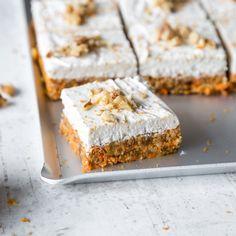 Carrot Cake im Kleinformat. Die Raw Carrot Bites mit Kokos-Topping sind vegane Energielieferanten aus Möhren, Walnüssen, Datteln und Zimt.