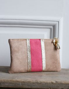 Image of Pochette NORA fuchsia et dorée. Diy Clutch, Clutch Bag, Pochette Diy, Sacs Tote Bags, Diy Sac, Diy Bags Purses, Couture Sewing, Cute Bags, Bag Making