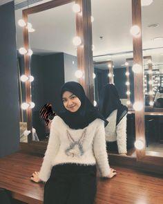Casual Hijab Outfit, Ootd Hijab, Nike Air Shoes, Hijabi Girl, Aesthetic Girl, Hijab Fashion, Coat, Model, Outfits