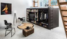 Een stoer en mannelijk design dat ruimte biedt aan een man zijn vinyl platen, zijn televisie, kleding, logeerbed (bovenop) en dankzij de deuren aan de zijkant binnenin nog eens een zee aan opbergruimte. Klik op de link voor meer foto's