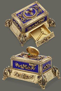 This enchanting Austrian bird box exhibits extraordinary beauty and mechanical skill. Antique Music Box, Antique Boxes, Vintage Music, Antique Jewelry, Vintage Jewelry, Kunst Online, Bird Boxes, Magical Jewelry, Jewel Box