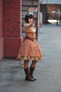 オレンジのシャツとのコーディネートが上手。スカートはbodylineの。