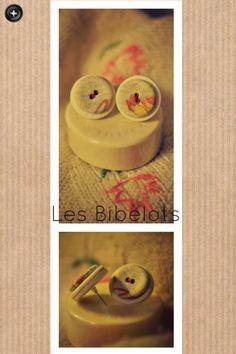 Orecchini a perno. Bottoni in tessuto e feltro. Due pezzi: 1 venduto, 1 disponibile. *5*