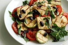 A sacada de grelhar queijo coalho e fazer dele uma salada com abobrinha, tomate, manjericão e azeitona prova que a vida poder ser boa. Veja aqui a receita.