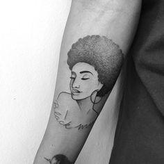Tatuagem criada por Gabriela Blaezer do Rio de Janeiro. Busto de mulher negra com cabelo black power.