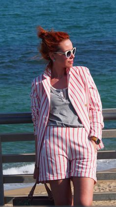 Look con un traje de rayas rojas para ir a trabajar. Como escoger looks para esta primavera verano para ir a la oficina