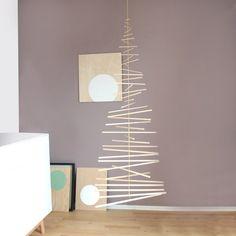 minimalistischer Weihnachtsbaum aus Buchenrundhölzern und Messingrohren