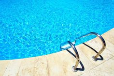 Stock image of 'Swimming pool with stair at hotel close up'
