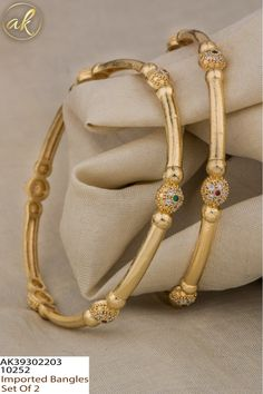 Plain Gold Bangles, Gold Bangles Design, Gold Jewellery Design, Gold Bangles For Women, Gold Jhumka Earrings, Jewelry Design Earrings, Gold Earrings Designs, Gold Jewelry Simple, Siri