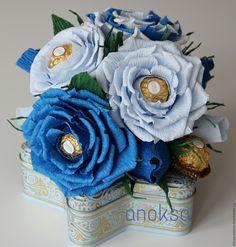 Купить Цветочная композиция (конфеты ферреро роше и чай Ахмад летний чабрец) - синий