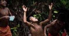 Crianças indígenas da etnia Tuiuca caçam formigas tanajura na comunidade de São Pedro, no rio Tiquie, no noroeste da Amazônia