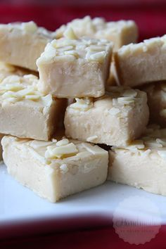 Baileys fudge with white chocolate Candy Recipes, Baking Recipes, Dessert Recipes, Raw Desserts, Cookie Desserts, Baileys Fudge, How To Make Fudge, Making Fudge, Making Sweets