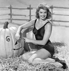 Esther Williams in vintage Halloween picture. Retro Halloween, Pin Up Girl Halloween, Halloween Photos, Vintage Hollywood, Classic Hollywood, Hollywood Stars, Hollywood Icons, Hollywood Glamour, Hollywood Actresses