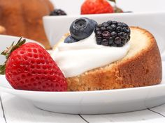 *Tried & True* Velvety soft and moist Southern sour cream pound cake made with simple ingredients the old-fashioned way! Almond Pound Cakes, Sour Cream Pound Cake, Pound Cake Recipes, Southern Pound Cake, Homemade Sour Cream, Divas Can Cook, Elegant Desserts, Cake Tasting, Cake Ingredients