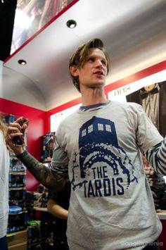 Matt Smith in a TARDIS shirt. I have always wondered 2 things who is the bigger nerd David Tennant or Matt Smith? Undécimo Doctor, Serie Doctor, Eleventh Doctor, Geronimo, Virginia Woolf, Nerd Love, Don't Blink, Matt Smith, Robert Smith