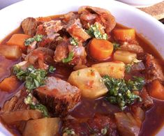 Osso buco på revbensspjäll Pot Roast, Lchf, Food And Drink, Ethnic Recipes, Carne Asada, Roast Beef, Beef Stews