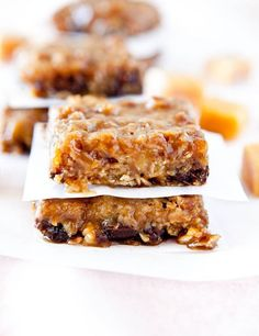 Caramel and Chocolate Gooey Bars - Loaded with buttery caramel and rich chocolate, these bars live up to their gooey name (so sticky and so worth it)! Easy recipe at Just Desserts, Delicious Desserts, Dessert Recipes, Yummy Food, Bar Recipes, Delicious Dishes, Dessert Ideas, Healthy Recipes, Sweet Recipes