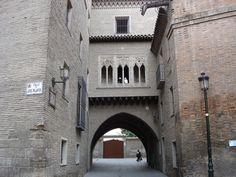 La Casa del Deán es un edificio formado por dos bloques de habitación —uno de ellos anexo a la Catedral de San Salvador o La Seo—, unidos por un corredor sobre arco apuntado en la calle del Deán y construido como residencia del prior o deán del cabildo catedralicio en el siglo XIII.