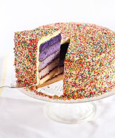 An ombre cake covered with rainbow sprinkles! By Raspberri Cupcakes Pretty Cakes, Beautiful Cakes, Amazing Cakes, Rainbow Sprinkle Cakes, Rainbow Sprinkles, Rainbow Cakes, Sugar Sprinkles, Cupcakes, Cupcake Cakes