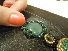 3.агаты обшиваем 1 ряд по такому же принципу как обшивали малахит 3 черных бисерены через 1 зеленую и плетем петельки продевая в зеленые бисерены 1 ряда, для петельки необходимо набирать по 5 зеленых бисерин