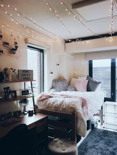 A must copy form room. I'm totally copying this freshman dorm room theme! College dorm rooms you need to copy. These college dorm rooms are perfect for your freshman year. Copy these ideas for the best Freshman year! Dorm Room Themes, Dorm Room Designs, Cool Dorm Rooms, College Dorm Rooms, Dorm Room Ideas For Girls, Dorm Room Decorations, Cute Dorm Ideas, Lights In Dorm Room, College Dorm Lights