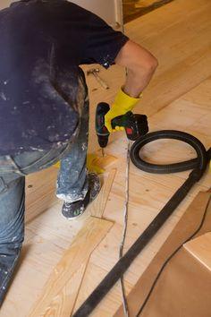 Lattia on tehty halkaistuista ja höylätyistä mäntylaudoista jotka liimataan lattialle asennettavaan vaneripohjaan, ruuvataan jotta liima kuivuu kunnolla kiinni, ruuvit irrotetaan, kolot kitataan ja koko komeus hiotaan ja maalataan. Home Appliances, Flooring, House Appliances, Appliances, Wood Flooring, Floor