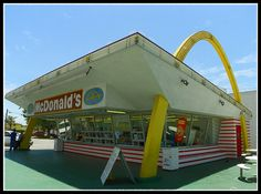 The world's oldest operating McDonald's located in Downey, California. Distinct populuxe arches and tilted roof. The restaurant was built in Vintage Diner, Vintage Restaurant, Vintage Ads, Vintage Photos, Vintage Vogue, Drive In, Googie, Good Ole, My Childhood Memories