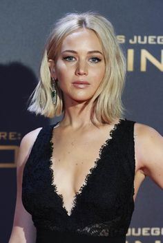 Bit of a sparkle: The blonde beauty added a pair of stunning drop earrings to her glam look. Jennifer Lawrence The Hunger Games: Mockingjay Part Hair Day, New Hair, Blonder Bob, Pretty Hairstyles, Classy Hairstyles, Hair Inspo, Hair Lengths, Blonde Hair, Short Hair Styles