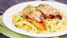 Juusto ja ranskankerma antavat tuttuun ruokaan uutta makua. Copyright: Shutterstock. Chicken Recipes, Spaghetti, Food And Drink, Keto, Yummy Food, Baking, Ethnic Recipes, Delicious Food, Bakken
