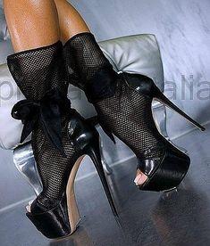 Choosing Right Shoes to Match Elegant Evening Dresses
