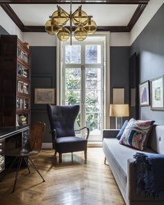 Home Office - A wingback chair and a wooden bookcase in a study - walls and ceiling Home Office Design, House Design, Vintage Office Chair, Office Chairs, Masculine Home Offices, Masculine Office, Juan Les Pins, Wooden Bookcase, Diy Décoration