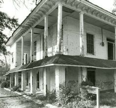 Wesley Plattenburg House aka Dr Kilpatrick House at 601 Washington Street, on the northwest corner of Furniss Street in Selma, Alabama. :: Alabama Photographs and Pictures Collection. General view of the front Old Buildings, Abandoned Buildings, Abandoned Places, Abandoned Castles, Old Mansions, Abandoned Mansions, Old Southern Homes, Southern Gothic, Southern Style