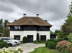Newly built # reed covered # villa # in # the # Randstad - Einrichtungsstil Garden Architecture, Modern Architecture, Roof Design, House Design, Villas, Thatched Roof, House Blueprints, Modern Buildings, House Goals