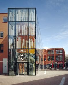 Mediatheek is a media library in Delft, The Netherlands designed by the Dutch architecture firm, Dok Architecten. Completed in 2006 Retail Architecture, Library Architecture, Amazing Architecture, Architecture Details, Delft, Facade Design, Exterior Design, Retail Facade, Glass Facades