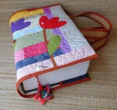 Capa para livro em patchwork confeccionada em tecido de algodão, estruturada com manta acrílica, com aplicações, marcador de páginas e alças para carregar .  Medidas aproximadas : A=27cm X L=43 cm (capa aberta) . Cabe um livro de 8 cm de espessura. Serve nos livros : (Vade Mecum e Código de Proce...