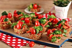 wesoła kuchnia: Razowe koszyczki makaronowe z kabanosem Chili, Vegetables, Food, Food Recipes, Meal, Chile, Essen, Chilis, Vegetable Recipes