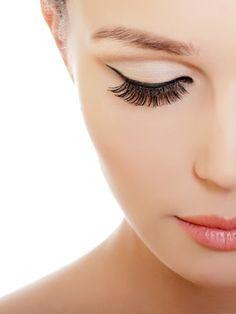 Wünschen Sie sich auch einen tollen Augenaufschlag? Für besondere Anlässe können Sie sich den ganz einfach mit künstlichen Wimpern zaubern.