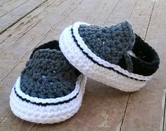 Crochet Child Booties Ravelry: Vans model child sneakers sample by Showroom crochet Crochet Baby Booties Supply : Ravelry: Vans style baby sneakers pattern by Showroom crochet. Crochet Baby Clothes, Crochet Baby Shoes, Crochet Slippers, Booties Crochet, Estilo Vans, Crochet Bebe, Crochet For Kids, Knit Crochet, Free Crochet