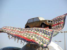 vliegend kleed met auto erop