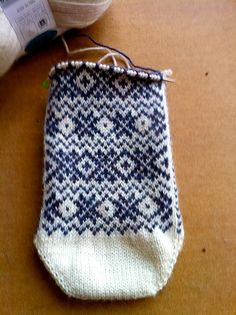 Stranded knitting Fair Isle Knitting, Knitting Socks, Hand Knitting, Knitted Hats, Knitting Patterns, How To Start Knitting, How To Purl Knit, Knit Purl, Lots Of Socks