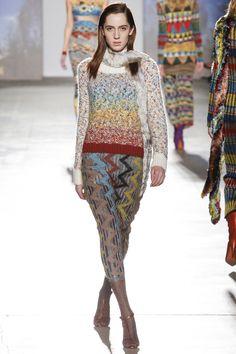 Missoni Fall 2017 Ready-to-Wear Collection Photos - Vogue Knitwear Fashion, Knit Fashion, Fashion Week, Fashion 2017, Fashion Trends, Vogue, Poncho, Embroidery Fashion, Fashion Show Collection