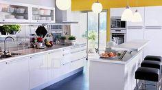 Cozinha Planejada com Móveis de Madeira e Porta de Correr em Vidro e Alumínio