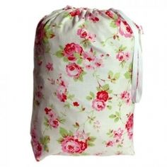 Lieve witte pyjamazak met rozen.Je kunt er je pyjama in opbergen maar is ook handig als waszak of opbergzak @Bonnemee
