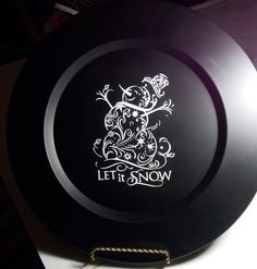 Charger plate painted with chalkboard paint. SVG design by My Vinyl Designer. Cricut Christmas Ideas, Christmas Vinyl, Christmas Plates, Christmas Signs, Christmas Projects, Holiday Crafts, Xmas, Charger Plate Crafts, Charger Plates