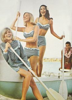 """justseventeen: """" May 'It's Jantzen who captains this sunny crew with the freshest gingham about. late black white check bikini bathings suit short summer sportswear print ad vintage fashion model mcm cover up Moda Vintage, Vintage Chic, Moda Retro, Vintage Mode, Looks Vintage, 60s And 70s Fashion, 60 Fashion, Retro Fashion, Vintage Fashion"""