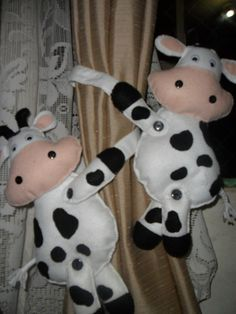quiero hacer estos tomadores de cortinas!!!! super originales con fieltro #concursosingerchile Sewing Crafts, Sewing Projects, Crafts For Kids, Arts And Crafts, Felt Fabric, Felt Toys, Softies, Felt Crafts, Cow