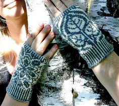 Fingerless mitts with tree